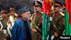 Presiden Afghanistan Hamid Karzai tiba di upacara pembukaan tahun keempat parlemen negara itu di Kabul (15/3). (Reuters/Mohammad Ismail)