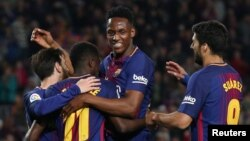 Ousmane Dembele, Lionel Messi, Yerry Mina et Luis Suarez du FC Barcelone, heureux de leur cinquième but contre Villarreal le 9 mai 2018.