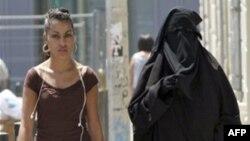 Burqa là loại áo che kín từ đầu đến chân mà phụ nữ Hồi giáo thường mặc