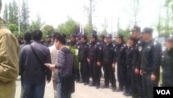 """蘇州當局出動了大量警力,包括百餘名名佩戴""""特勤""""臂章身穿制服的警察,將祭掃林昭墓的人士強行抓走。 (視頻截圖)"""