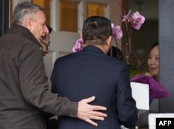 2018年12月12日,华为汽车首席财务官孟晚舟在温哥华获准保释回家后,几位从带有中国领事馆车牌的汽车中下来的人登门给孟晚舟献花。