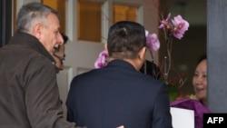2018年12月12日,华为首席财务官孟晚舟在温哥华获准保释回家后,几位从带有中国领事馆车牌的汽车中下来的人登门给孟晚舟献花。