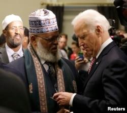 Vitse-prezident Jo Bayden Minnesota shtatidan imom Shayx Sa'ad Musa Robl bilan