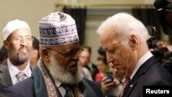 Madaxweyne ku Xigeenka Maraykanka Joe Biden oo gacan qaadaya Sheikh Sa'ad Musse oo ka mid ah culimada Minneapolis, Minnesota