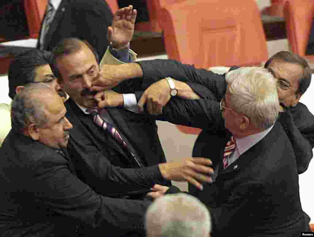 انقرہ میں واقع ترک پارلمنٹ کے ارکان 28 مارچ 2007 کو صدارتی انتخابات میں آئنی ترمیم پر ہونے والی ایک بحث کے دوران ایک دوسرے سے اُلجھ پڑے