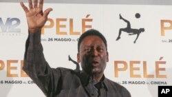 Bintang sepakbola Brazil, Edson Arantes Do Nascimiento atau dikenal sebagai Pele saat berada di Milan, Italia (foto: dok).