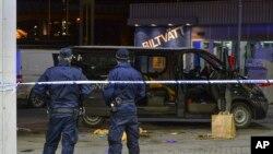 Des policiers à Fittja, en Suède, 13 février 2016.