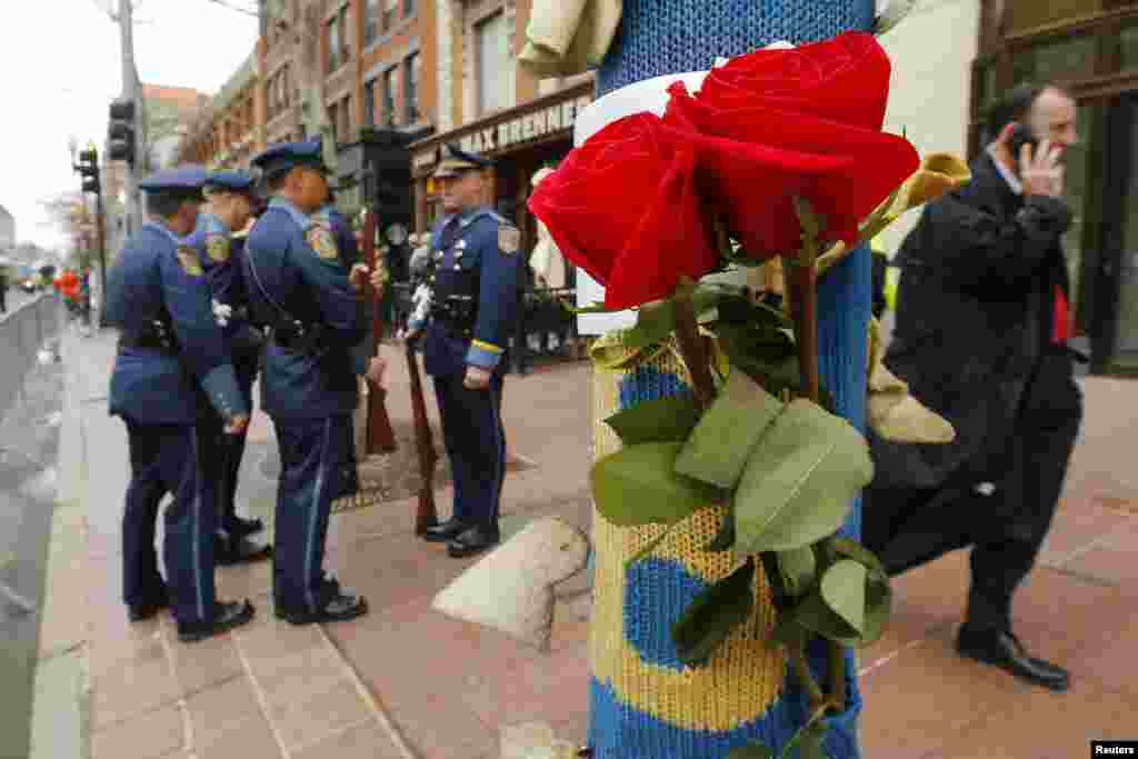 Roses hang on a lamp post near the site of the second bomb blast on the one-year anniversary of the Boston Marathon bombings iN Massachusetts, April 15, 2014.