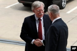 2018年3月29日,候任美国国家安全顾问约翰•博尔顿(左)抵达华盛顿五角大楼,与国防部长吉姆•马蒂斯握手。