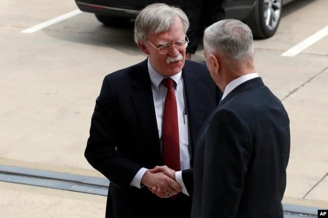 2018年3月29日,候任美國國家安全顧問約翰•博爾頓(左)抵達華盛頓五角大樓,與國防部長吉姆•馬蒂斯握手。