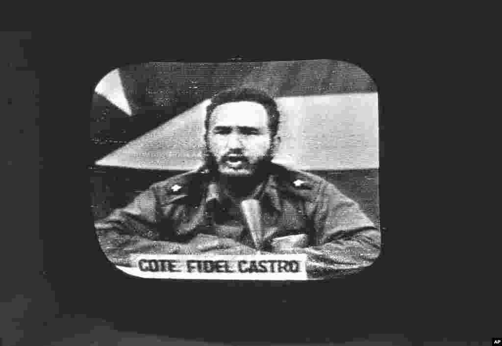 Hình trong kho tài liệu mô tả Chủ tịch Fidel Castro hôm 23/10/1962 phản ứng trên đài phát thanh và truyền hình Cuba trước việc Tổng thống Mỹ John F. Kennedy ra lệnh phong tỏa Cuba