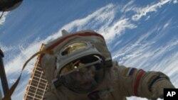 Астронаутите се подготвуваат за првата од три вселенски прошетки