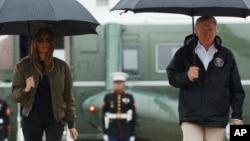 홍수 피해를 입은 텍사스주를 방문하기 위해 29일 앤드류공군기지에 도착한 도널드 트럼프 미국 대통령(오른쪽)과 멜라니아 트럼프 여사가 대통령 전용기로 이동하고 있다.