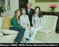 Jenna Bush, Ibu Negara Laura Bush, Presiden George W. Bush, dan Barbara Pierce Bush di Gedung Putih.