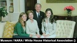 43. predsednik SAD Džordž Buš i prva dama Lora sa ćerkama Barbarom i Dženom u Beloj kući u julu 2004.