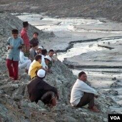 Korban lumpur Lapido mengamati lumpur yang telah menenggelamkan desanya (29/8).