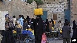 图为也门萨那居民今年5月29日在全市缺水时外出打水的资料照。