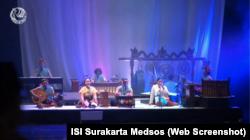 Para artis pendukung pertunjukan seni Janggan Smarasanta dan Orasi Kebudayaan Moderasi Beragama, ISI Surakarta, 14 November 2020. (Foto: VOA/ISI Surakarta Medsos)