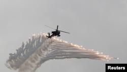 Helikopter Apache AH-64 Vietnam ikut ambil bagian dalam latihan militer Han Kuang menghadapi ancaman invasi China di Pangkalan Militer Ching Chuan Kang, Taichung, Taiwan, 7 Juni 2018.