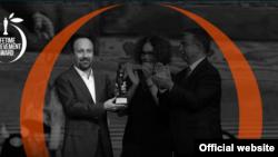 این جایزه به پاس دستاوردهای ارزنده هنری به آقای فرهادی اهدا شد.