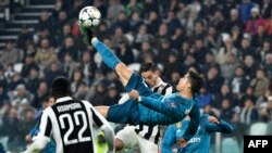 L'attaquant portugais du Real Madrid Cristiano Ronaldo marque sur une bicyclette lors du match aller de quart de finale de la Champions League contre la Juventus au stade Allianz de Turin, 3 avril 2018.