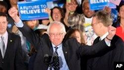El senador Bernie Sanders respalda una reforma migratoria que permita a los miles de indocumentados integrarse a la sociedad estadounidense.