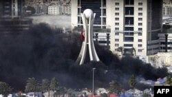 Khói đen bốc lên từ các lều trại bị đốt ở Quảng trường Pearl tại thủ đô Manama, ngày 16/3/2011