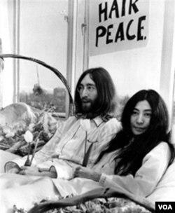 John Lennon dan Yoko Ono mengadakan aksi 'Bed-In for Peace' di Amsterdam dan Montreal untuk memrotes perang AS di Vietnam. Foto ini diambil di Hotel Hilton di Amsterdam pada tanggal 5 Maret 1969.