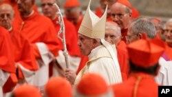 Paus Fransiskus pergi setelah memimpin konsistori di dalam Basilika Santo Petrus, di Vatikan, 5 Oktober 2019. Paus Fransiskus telah memilih 13 orang yang dikaguminya dan yang simpatinya selaras dengan ia untuk menjadi kardinal terbaru Gereja Katolik. (Foto AP/Andrew Medichini)