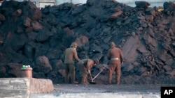 Binh sĩ Bắc Hàn dọn than ở thị trấn Sinuiju, đối diện với Trung Quốc hôm 29/12/2011.