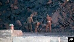 朝鲜军人在中国丹东对面的新义州铲煤炭(资料照片)