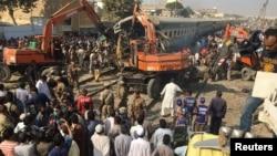 巴基斯坦列车事故救援人员用重型机械清理现场