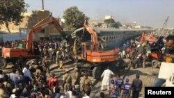 Regu penyelamat menggunakan alat-alat berat untuk membersihkan lokasi kecelakaan kereta di luar kota Karachi, Pakistan, 3 November 2016. (REUTERS/Akhtar Soomro).