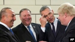 (从左至右)土耳其外长恰武什奥卢、美国国务卿蓬佩奥、北约秘书长斯图尔滕贝格和英国外相约翰逊2018年4月27日在布鲁塞尔北约外长会议前交谈。