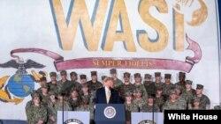 도널드 트럼프 미국 대통령이 28일 일본 요코스카에 정박 중인 미 해군 강습상륙함 와스프 호에 승선해 군인들의 노고를 치하했다.