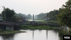 Air di sebuah kanal di distrik Sai Mai, Bangkok utara hampir menyentuh jembatan (19/10).