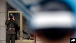 Binh sĩ Bắc Triều Tiên dùng ống nhòm để quan sát miền Nam tại làng đình chiến Bàn Môn Ðiếm.