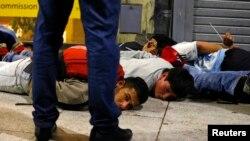 13일 아르헨티나 부에노스아이레스 번화가에서 독일과의 월드컵 결승전을 응원하던 시민들 사이에 폭력 사태가 벌어진 가운데, 경찰이 연루자들을 체포했다.