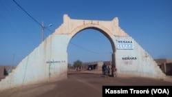 L'entrée dans la ville de Menaka, au nord du Mali, le 15 juillet 2017. (VOA/Kassim Traoré)
