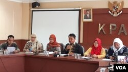 Komisi Perlindungan Anak Indonesia (KPAI) dalam jumpa pers di kantornya, Senin (9/3) meminta pemerintah lebih selektif terhadap industri perfilman. Lembaga itu juga meminta pemerintah memastikan setiap tayangan ramah terhadap anak. (VOA/Fathiyah)