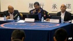 Representantes de Malaysia Airlines dan explicaciones sobre la desaparición del vuelo 370 a parientes de las víctimas.
