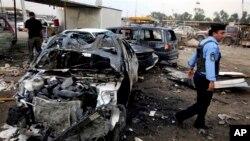 Polisi Irak memeriksa lokasi serangan bom mobil di Baghdad bulan lalu (foto: dok). Serangkaian serangan di Baghdad menewaskan 9 orang hari Minggu 5/5.