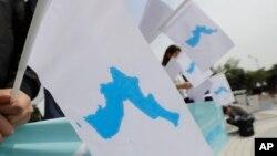 남북 정상회담이 열린 지난 4월 서울에서 시민들이 한반도기를 들고 있다. 2018년 인도네시아 아시안게임에서는 독도를 표기한 한반도기 사용이 허락됐다.