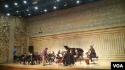 탈북 청소년들과 한국에서 활동하는 연주자들로 구성된 오케스트라 '코리아 라딕스'가 첫 공연을 가졌다.