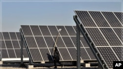 Công nhân làm việc tại một nhà máy sản xuất tấm thu năng lượng mặt trời. Các đảo quốc Samoa và Tuvalu đang nhắm mục tiêu có được toàn bộ điện năng từ các nguồn có thể tái tạo trước năm 2020
