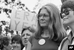著名女权活动人士格洛里亚·斯坦纳姆1981年7月4日参加在白宫外举行的争取平等权利的集会。