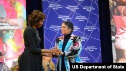 Oynihol Bobonazarova AQSh prezident rafiqasi Mishel Obama bilan, 4-mart, 2014, Vashington