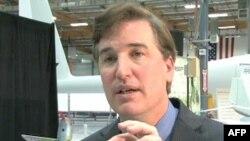 Метью Кіінон демонструє безпілотний літальний апарат- шпигун, який називає нано-колібрі.