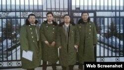 """江天勇(左一)在""""法制教育基地""""前与另三位律师(张俊杰、王成、唐吉田)合影(网络图片)"""