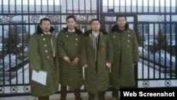 """在""""法制教育基地""""前的四位律师(左起:江天勇、张俊杰、王成、唐吉田, 网络图片)"""